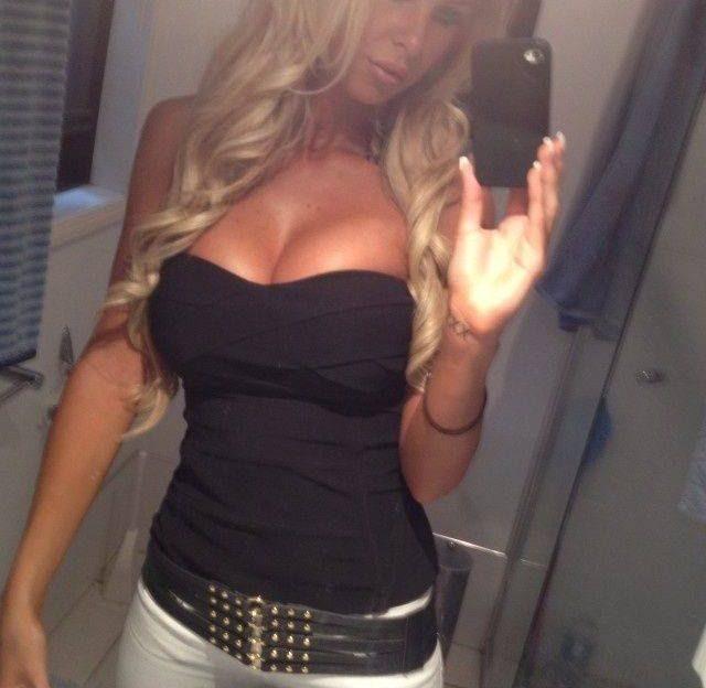 Das blonde Mädel strippt für Dich