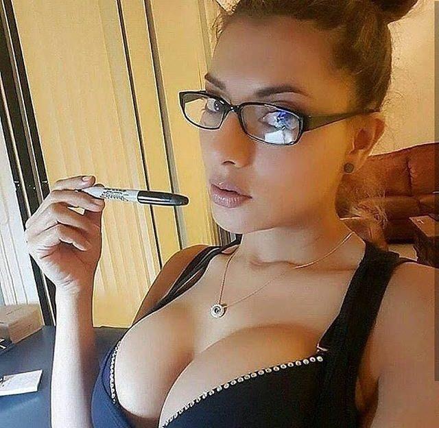 Hübsche Flittchen warten nackt vor der Livecam