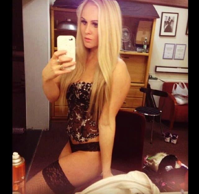 Willige Sexcam Nutte mit blondierten Haaren